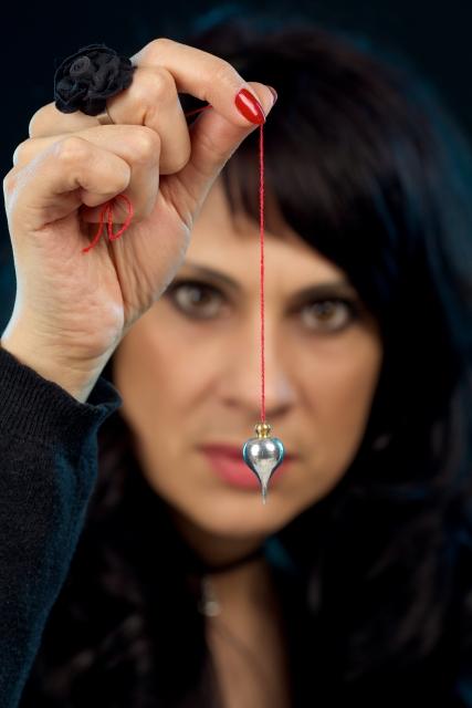 マジシャン、催眠術をかける女性